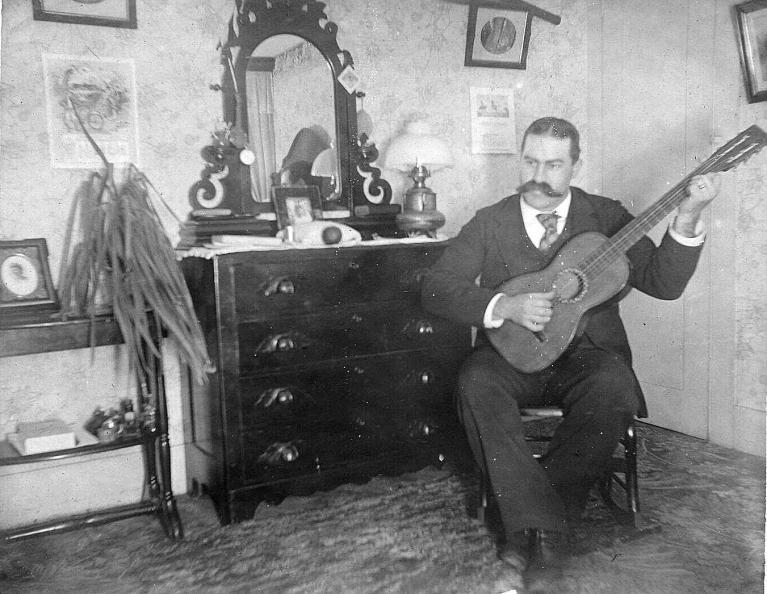 olde-world-guitar-player.jpg?fit=768%2C594&ssl=1