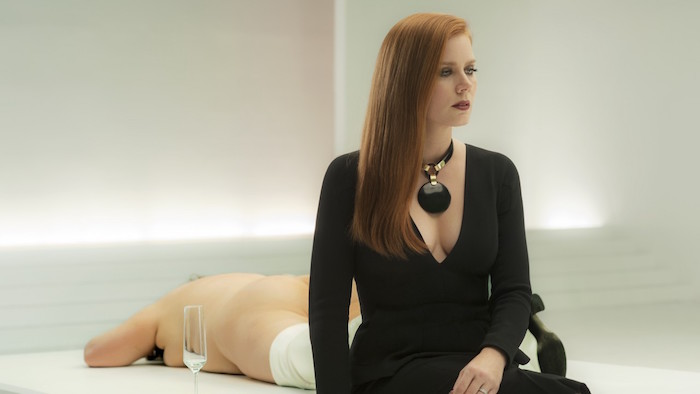 Amy Adams sitting in an art gallery in Nocturnal Animals