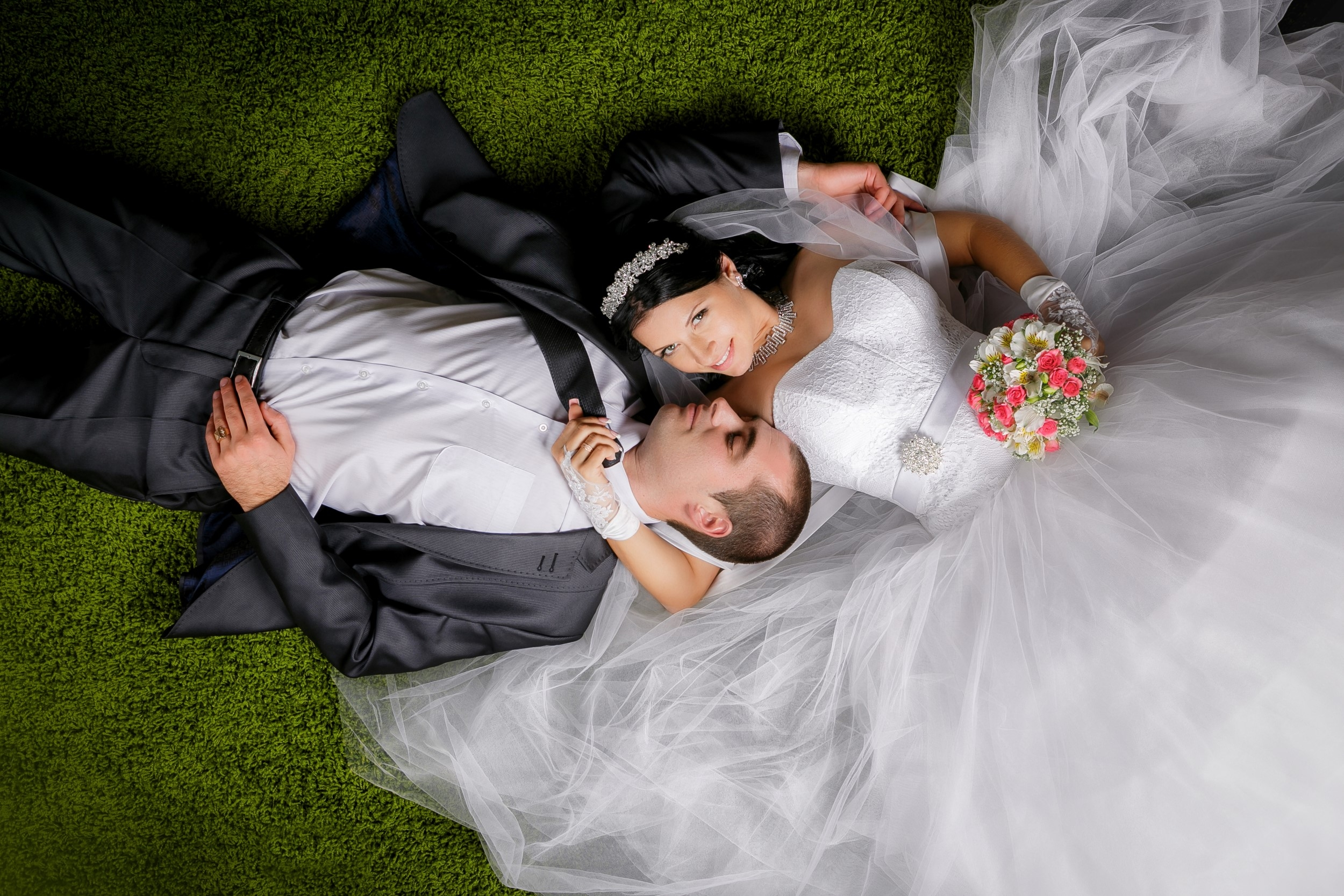 WEDDING COUPLE PORTRAITS FROM ABOVE AND BEHIND 005931 (Custom)