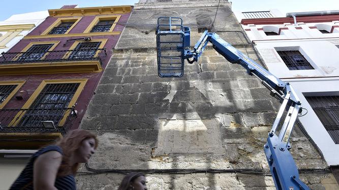 Urbanismo retira de urgencia el azulejo centenario de la calle Córdoba