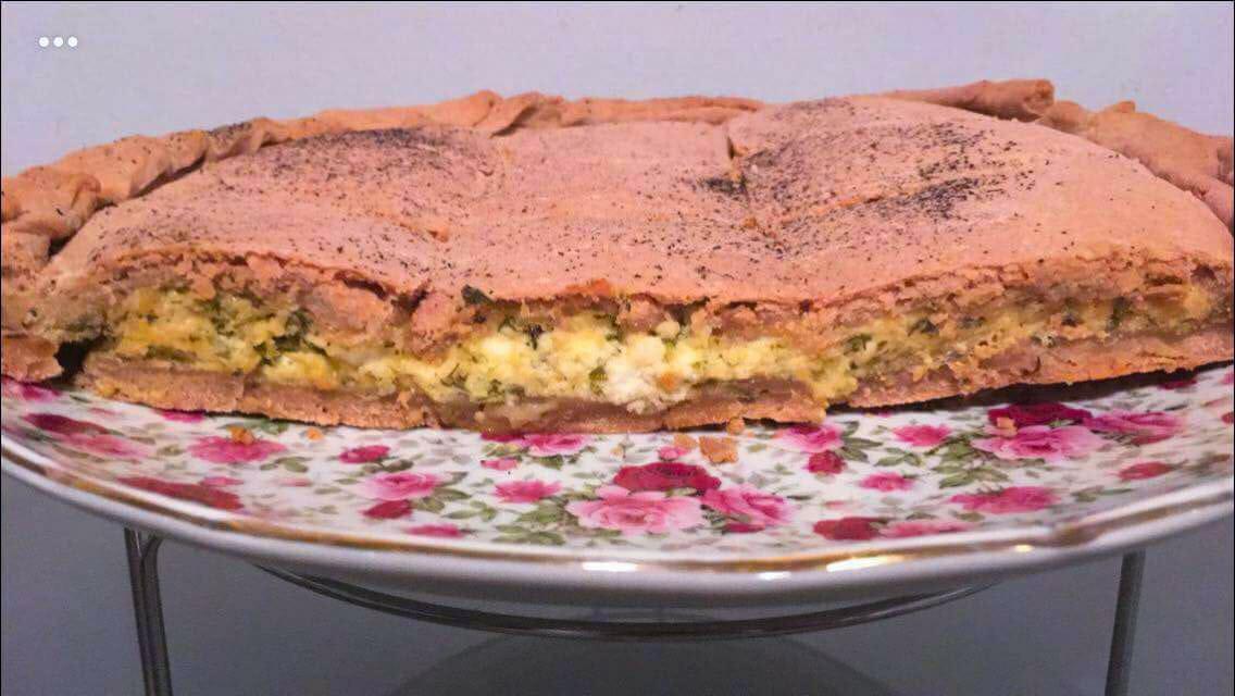 You are currently viewing Ανθοτυρόπιτα με μυρώνια και ροζέ ζύμη από ιβίσκο 🌺, γράφει η Γιάννα
