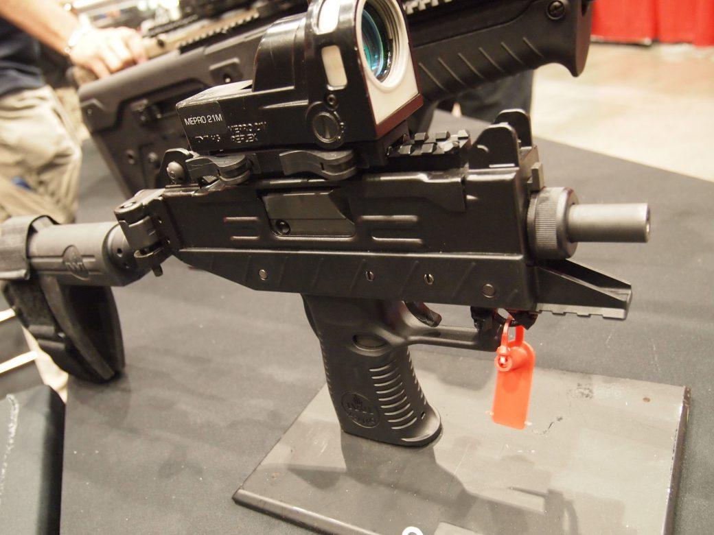 سلاح عوزي مع كاميرا رقمية في إحدى معارض السلاح