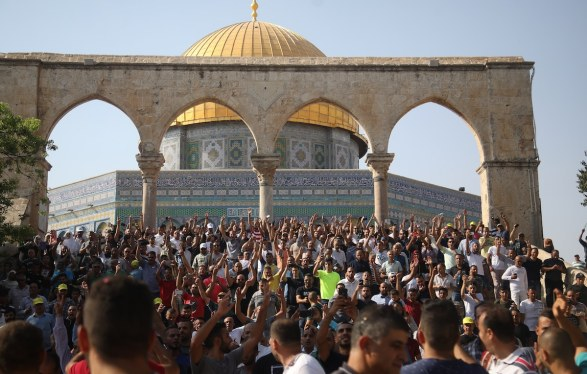 جموعٌ تحتفل بدخول المسجد الأقصى من أمام قبة الصخرة، 2017 (تصوير: مصطفى الخاروف)