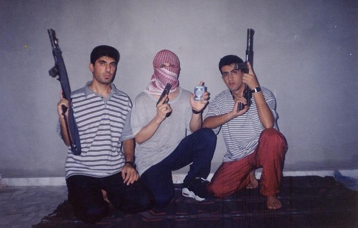 الشهداء الثلاثة: من اليمين بشار صوالحة، خليل الشريف مُلثماً، ويوسف الشولي. المصدر: المجموعة الخاصة بالباحث بلال شلش.