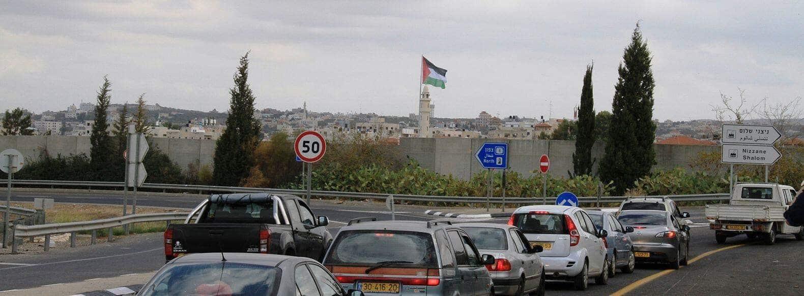 سارية العلم الفلسطيني في طولكرم كما تظهر من الأراضي الـ 48