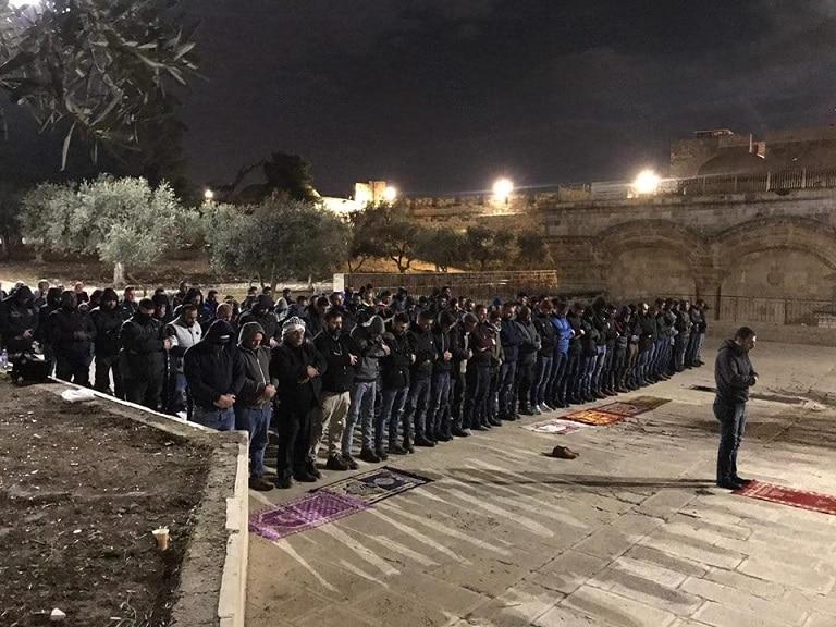 فلسطينيون يصلون العشاء يوم أمس الثلاثاء بمحاذاة باب الرحمة. المصدر: شبكات التواصل الاجتماعي