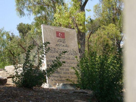 قبر أحمد آغا دزدار العسلي، قائد قلعة القدس المتوفى عام 1863 ورممت قبره الحكومة التركية بالتعاون مع لجنة الدفاع عن المقابر الإسلامية في القدس وذلك في عام 2005