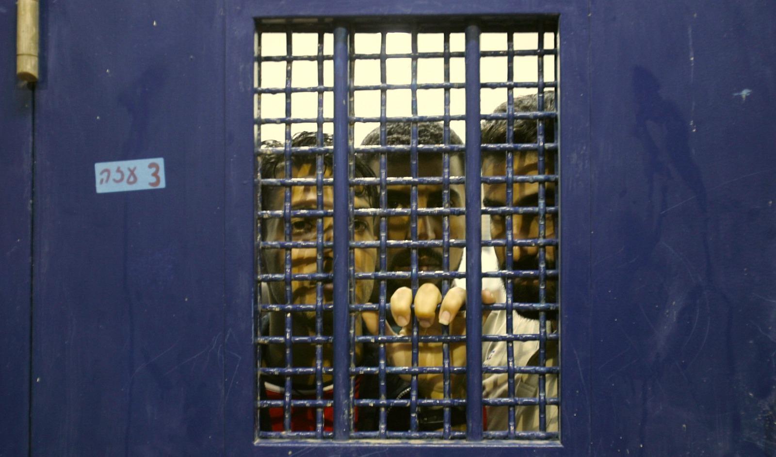 لا فحوصات ولا معقّمات.. كارثة على أسوار السجن