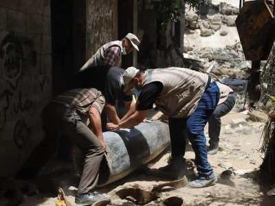 """""""هندسة المتفجرات"""": يدٌ عارية تفكّك الموت في غزّة"""