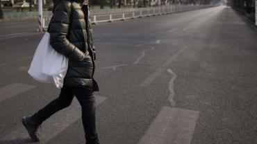 Semáforos en el piso: tecnología para los peatones zombies
