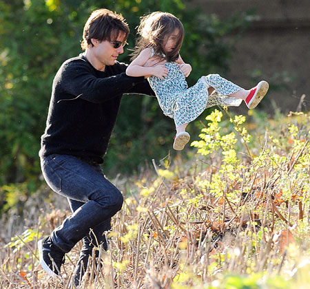Tom Cruise plays with daughter Suri