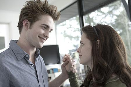 Robert Pattinson and Kristen Stewart will be attending The Twilight Saga: New Moon party