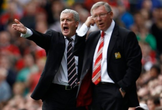 Fulham manager Mark Hughes gestures beside Manchester United manager Alex Ferguson during their clash at Craven Cottage (Reuters/Eddie Keogh)