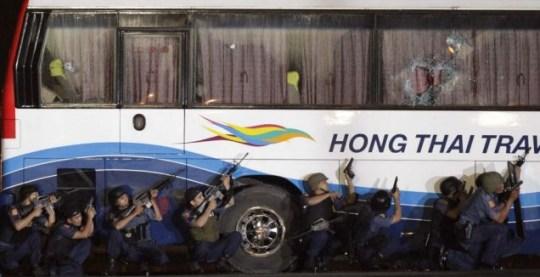 Police prepare to storm the bus taken hostage by Rolando Mendoza in Manila (EPA/DENNIS M. SABANGAN)