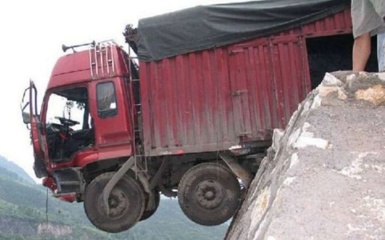 The truck hanging over the 400ft drop in Qingzhen, south west China (Picture: CEN)