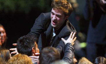 Robert Pattinson kisses Taylor Lautner at MTV Movie Awards 2011