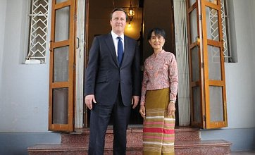 David Cameron calls for suspension of sanctions against Burma during visit