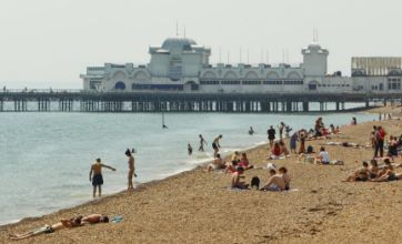 Hot weather 'to continue this weekend' despite slight temperature drop