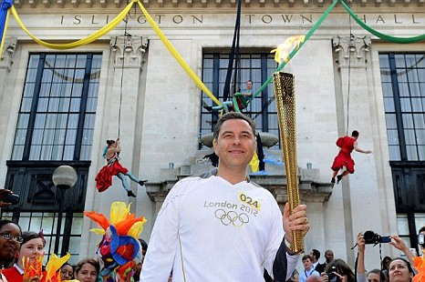 David Walliams has defended Rebecca Adlington on Twitter after Frankie Boyle compared her to a dolphin (