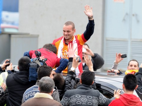 Wesley Sneijder mobbed by Galatasaray fans on top of his car