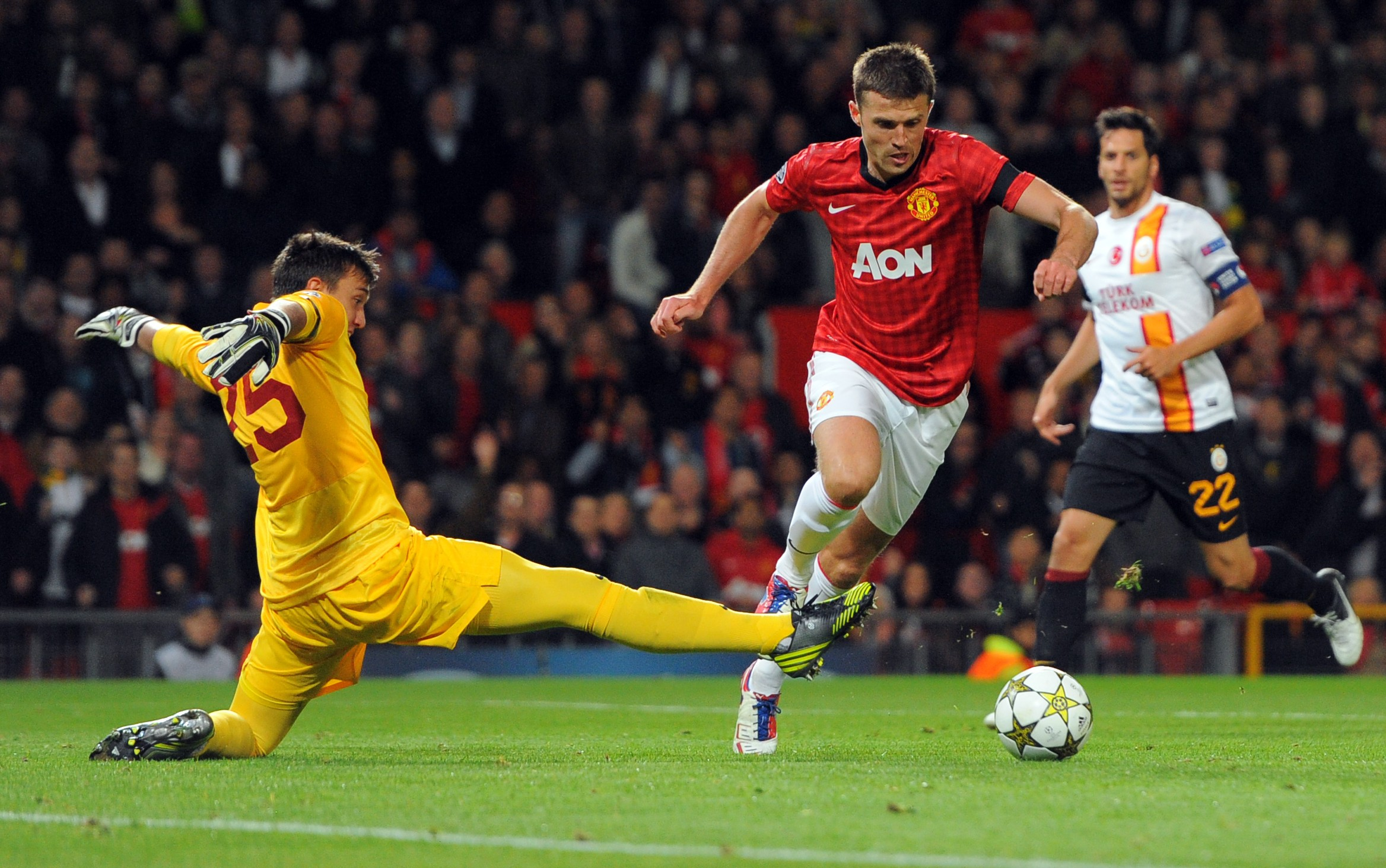 Manchester United's British midfielder Michael Carrick (C) beats