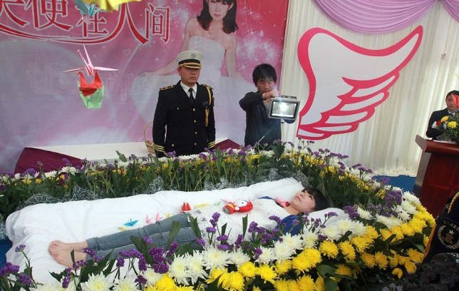 Student Zeng Jia stages own funeral while still alive