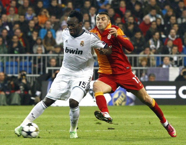 epa03649054 Real Madrid's Ghanaian defender Michael Essien (L) vies for the ball with Galatasaray's striker Burak Yilmaz (R) during the UEFA Champions League quarter final first leg soccer match between Real Madrid and Galatasaray Istanbul at Santiago Bernabeu stadium in Madrid, central Spain, 03 April 2013.  EPA/BALLESTEROS