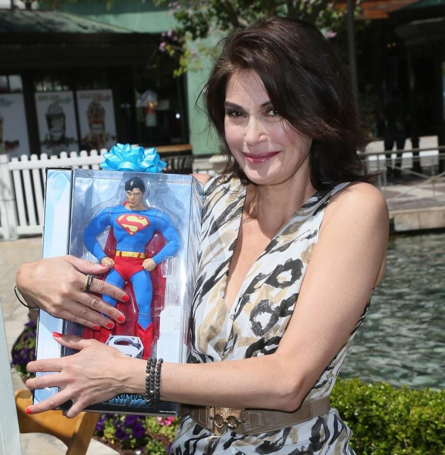 Teri Hatcher gives Superman fans a treat by flogging old merchandise at celebrity yard sale