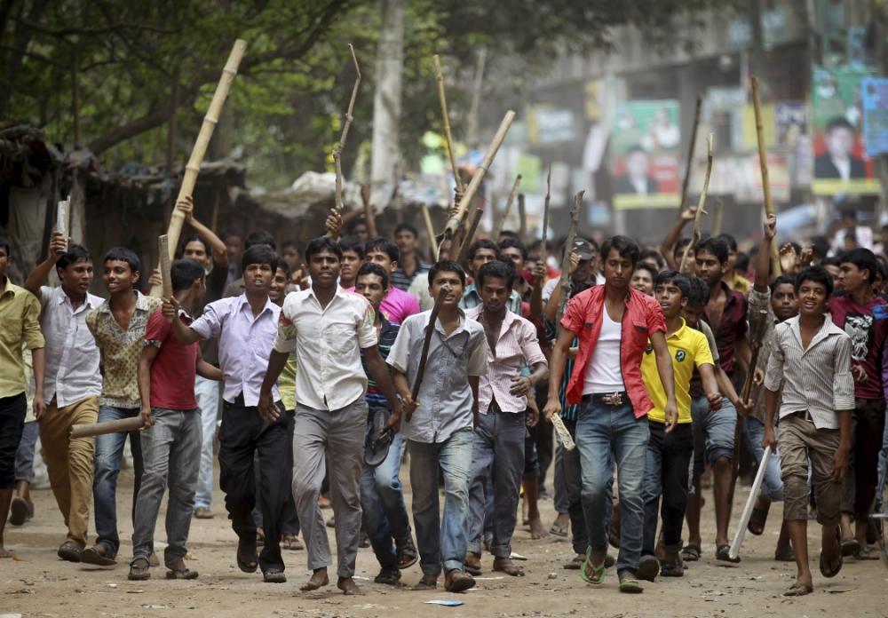 10,000 protesters in Bangladesh call for execution of factory boss as collapse death-toll tops 400