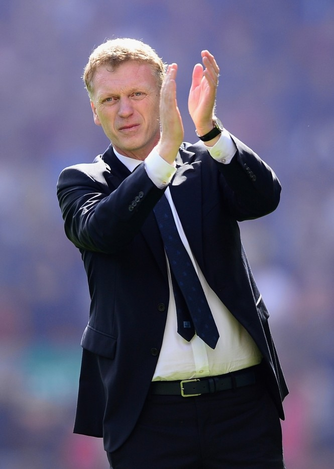 LIVERPOOL, ENGLAND - MAY 05:  Everton Manager David Moyes applauds the fans at the end of the Barclays Premier League match between Liverpool and Everton at Anfield on May 5, 2013 in Liverpool, England.  (Photo by Laurence Griffiths/Getty Images)