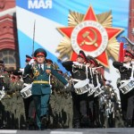 epa03692913 Russian military band marches during the traditional military parade in Moscow, Russia, 09 May 2013 as the country marks the 68th anniversary of victory over nazi Germany in the Second World War.  EPA/SERGEI CHIRIKOV
