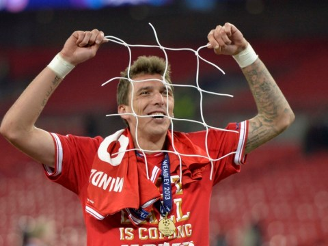 Bayern Munich players take pieces of Wembley netting as Champions League souvenir