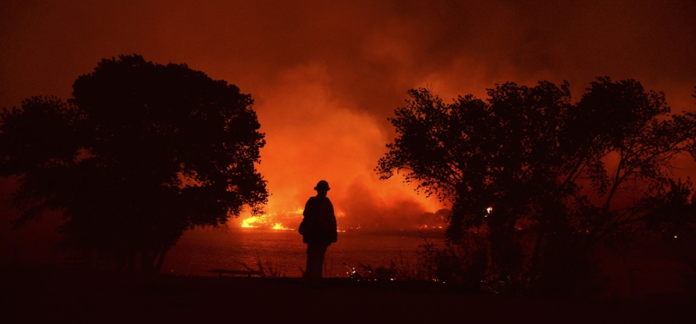 Firefighters battle the Powerhouse wildfire at the Angeles National Forest, with the fire now having destroyed several homes near the Lake Hughes area in California June 1, 2013. The Powerhouse Fire remained at 15 percent containment after ravaging over 5,600 acres of the forest by Saturday evening.   REUTERS/Gene Blevins  (UNITED STATES - Tags: DISASTER ENVIRONMENT TPX IMAGES OF THE DAY)
