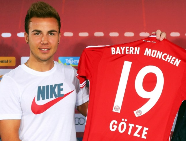 epa03771038 New Bayern Munich forward Mario Goetze poses for photographers with his new match jersey during a press conference for his presentation at the German Bundesliga soccer club's premises in Munich, Germany, 02 July 2013.  EPA/ALEXANDER HASSENSTEIN - POOL