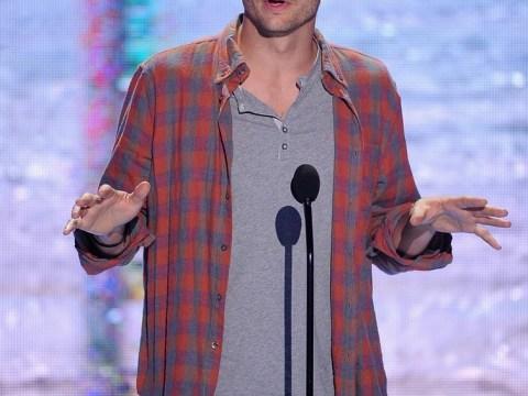 Ashton Kutcher channels Steve Jobs in sermon-like speech at Teen Choice Awards