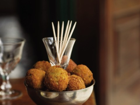How to make fresh tuna balls with anchovy and lemon