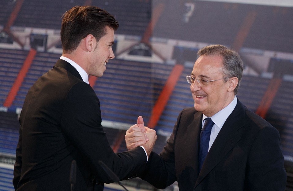 MADRID, SPAIN - SEPTEMBER 02:  Gareth Bale greets president Florentino Perez during his presentation as a new Real Madrid player at Estadio Santiago Bernabeu on September 2, 2013 in Madrid, Spain.  (Photo by Gonzalo Arroyo Moreno/Getty Images)