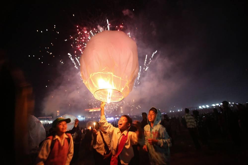 Gallery: Tazaungdaing Lighting Festival 2013