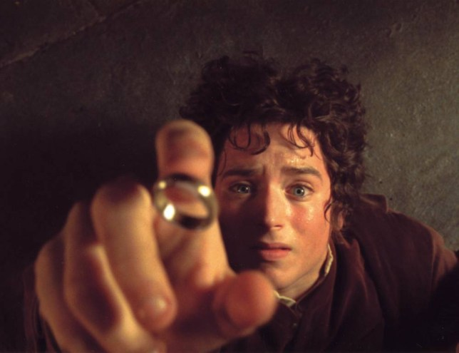 LORD OF THE RINGS : THE FELLOWSHIP OF THE RING 2002 Entertainment/New Line film with Elijah Wood B3J1AY