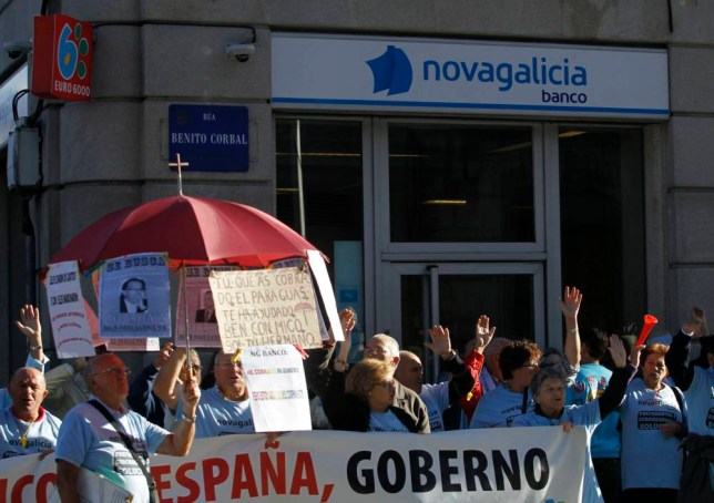 People affected by a fall in the prices of preference shares protest in front of the headquarters of NovaGalicia bank in Pontevedra September 27, 2012. Picture taken September 27, 2012. To match Insight SPAIN-BANK/SAVERS      REUTERS/Miguel Vidal (SPAIN - Tags: POLITICS CIVIL UNREST BUSINESS) - RTR396ZE