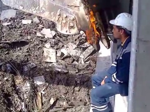 Video: Builder uses flaming digger to light his cigarette