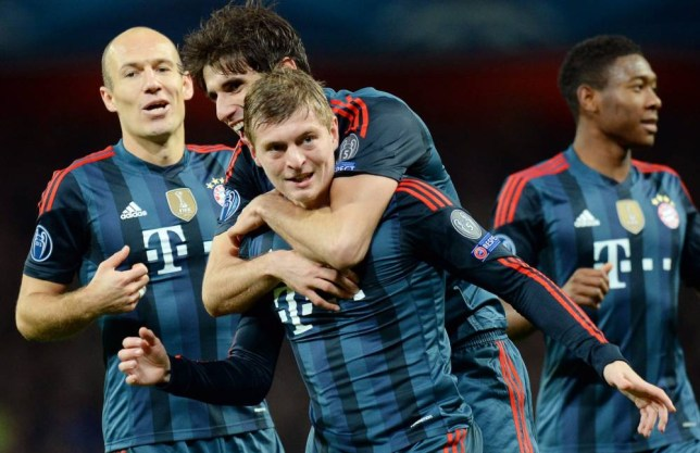 epa04089771 Bayern Munich's Toni Kroos (C) celebrates with his teammates Arjen Robben (L), Javi Martinez (2-L) and David Alaba (R) after scoring the 1-0 lead during the UEFA Champions League round of 16 first leg soccer match between Arsenal FC and Bayern Munich in London, Britain, 19 February 2014.  EPA/ANDY RAIN