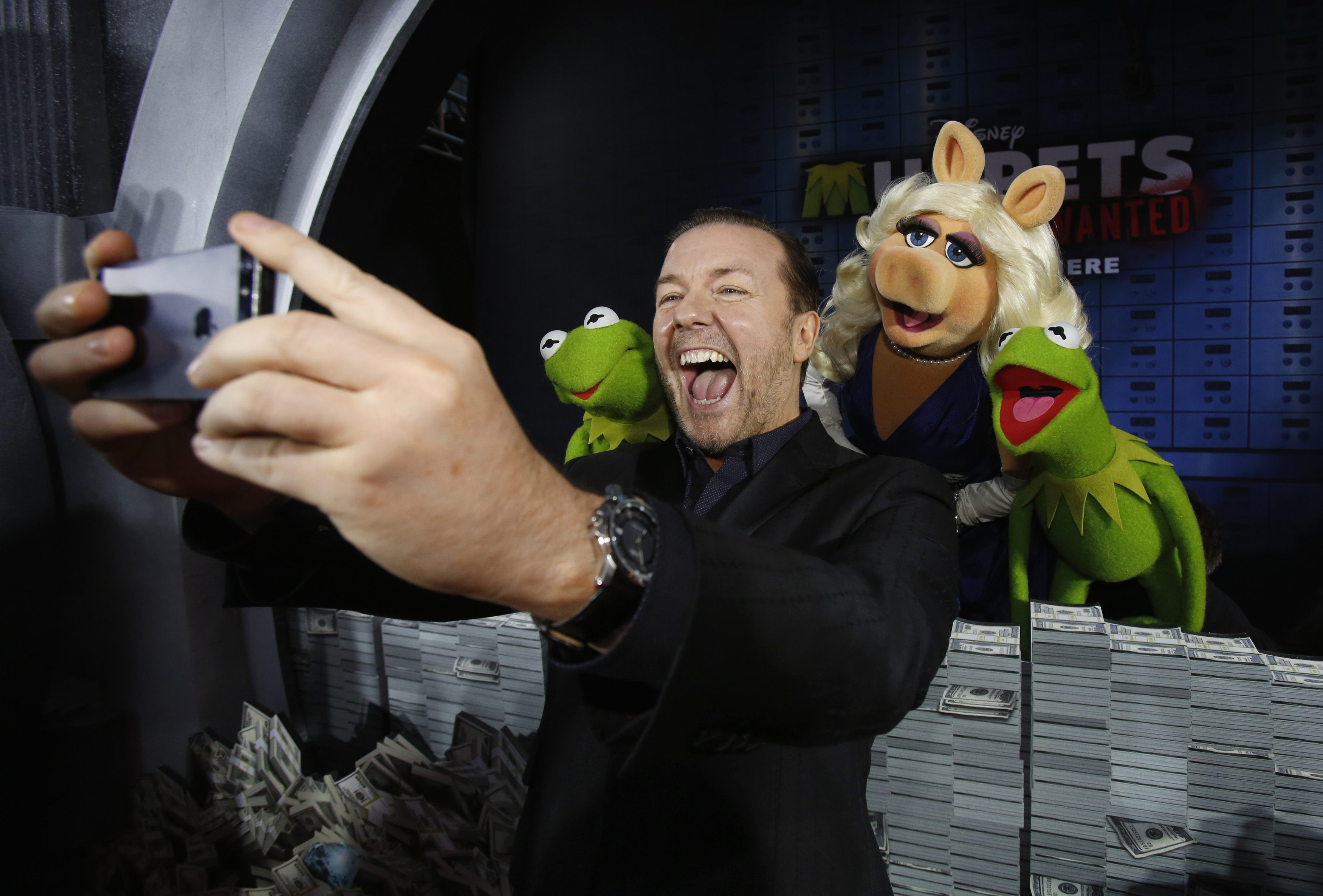 Ricky Gervais takes selfie with Kermit and Miss Piggy at Muppets Most Wanted premiere