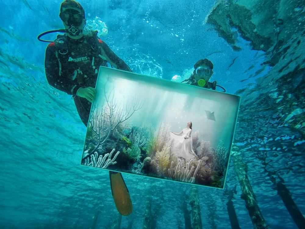 Divers assemble the underwater exhibition of works by Andreas Franke beside Niyama resort in the Maldives (Picture: Photoshelter)