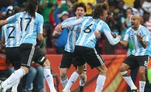 Argentina celebrate Gabriel Heinze's winner (Allstar)