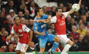Robin van Persie has a 'special connection' with Theo Walcott (PA)