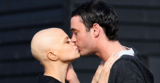 Jade Goody and Jack Tweed share a kiss on the drive way to her home in Upshire, Essex. Goody has died in her sleep today, her publicist Max Clifford said. PRESS ASSOCIATION Photo. Issue date: Sunday March 22 2009. See PA story DEATH Goody. Photo credit should read: Chris Radburn/PA Wire . JADE GOODY DIED 22/3/2009