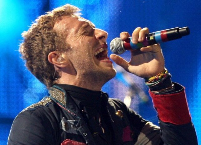 epa01848119 Chris Martin, vocalist of British band Coldplay performs during a concert at the Lluis Companys Olympic Stadium in Barcelona, Spain, 04 September 2009 as part of the band's 'Viva la Vida' tour.  EPA/ANDREU DALMAU