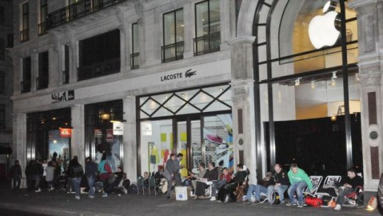 Apple iPad UK launch sees fans queuing overnight | Metro News