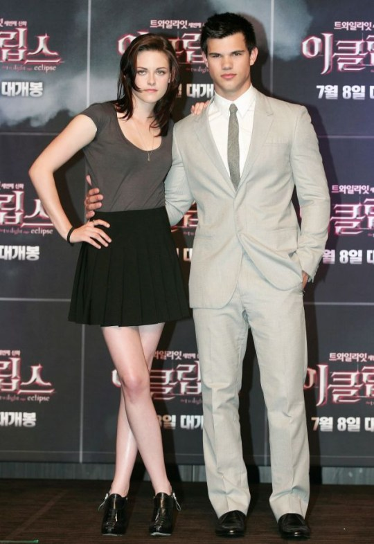 Kristen Stewart and Taylor Lautner pose at the premiere of The Twilight Saga: Eclipse in Seoul (Photo: EPA)